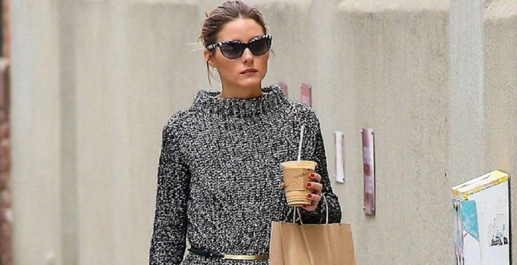 Mujer paseando con un café coffee to go